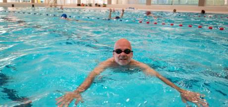 De zwemmende burgemeester mag eindelijk het water weer in
