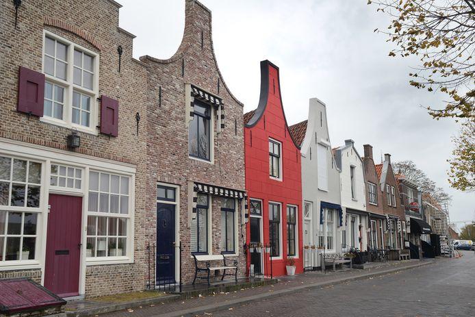 Het rode huis aan de Nieuwe Haven in Zierikzee moet overgeschilderd worden. De gemeente keurt de rode kleur af.