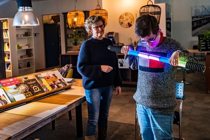 Mia Nijland in haar zorgadvieswinkel Beleefstijl Salland met Nils Koster. Nils heeft een licht verstandelijke beperking en gaat in de zorgadvieswinkel werken als assistent.