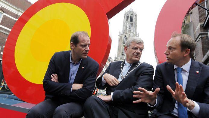 Christian Prudhomme, directeur van Tour-organisatie ASO, burgemeester Jan van Zanen en wethouder Jeroen Kreijkamp onthullen in het centrum de 'Grand Velo'