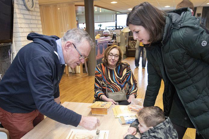 Taxateur Jos Kruiper (links) tijdens het beoordelen van oude objecten.