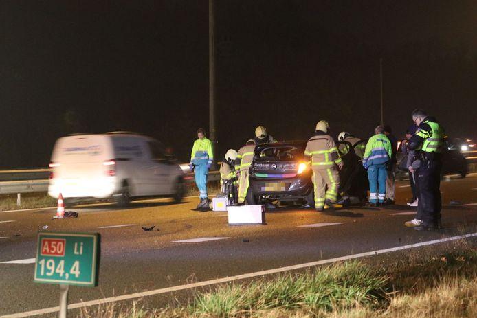 Een personenauto botste met een vrachtwagen maandagavond op de A50 bij Beekbergen