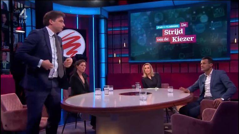 Thierry Baudet loopt uit de uitzending van Jinek tijdens de 'roast' van cabaretier Martijn Koning. Beeld RTL