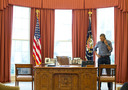 Ook onder Barack Obama stond de belknop op het bureau.