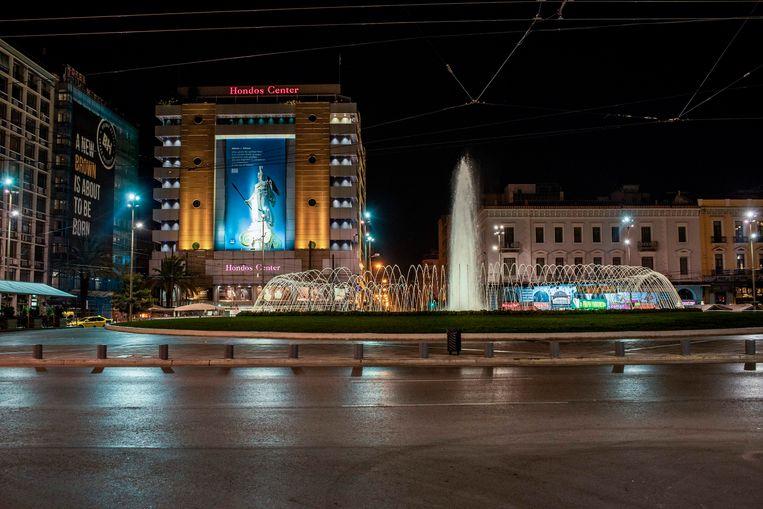 Een leeg Omonia-plein in de Griekse hoofdstad Athene. Een week geleden stelde premier Mitsotakis een avondklok in in steden als Athene, Thessaloniki en andere regio's, om de verdere verspreiding van het coronavirus tegen te gaan. Beeld AFP