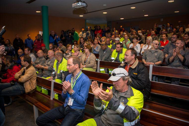 Arbeiders luisteren naar een toelichting van het ontwerpakoord. Beeld BELGA