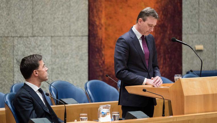 Premier Rutte kijkt toe terwijl minister Zijlstra dinsdag zijn aftreden aankondigt. Beeld null