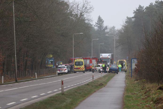 De ravage is compleet op de Loenenseweg bij Beekbergen na een ongeval.