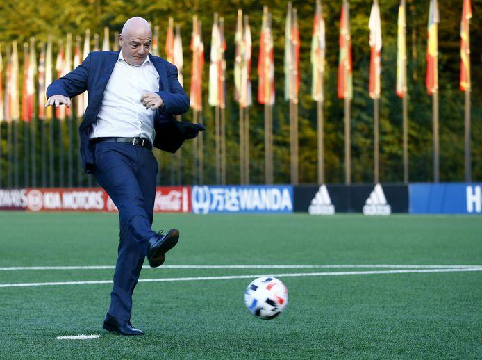 Gianni Infantino neemt een penalty op het FIFA-hoofdkantoor in Zürich.