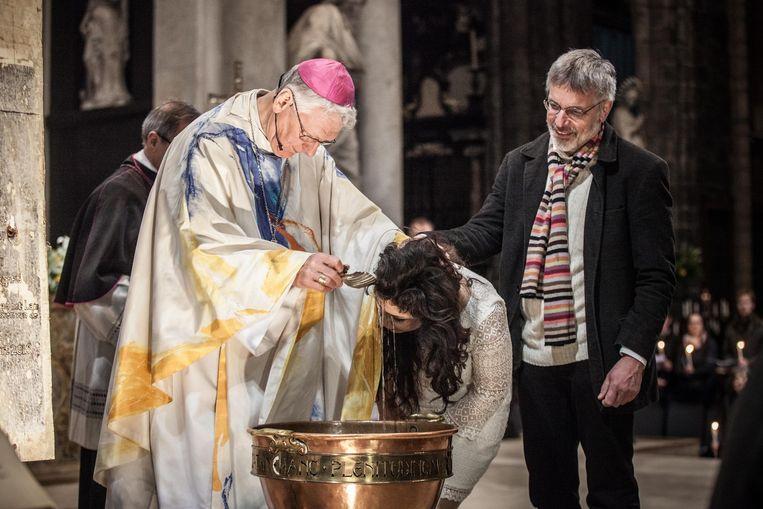 Archiefbeeld: een volwassen vrouw laat zich dopen.  Beeld Wannes Nimmegeers