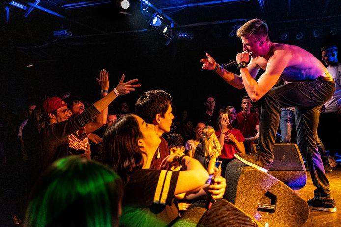 Pieter Lammens, alias Young Teach, overtuigt de jury van de hiphopwedstrijd in het Deventer Burgerweeshuis. Het poppodium zoekt samen met andere poppodia in Overijssel naar dé concert- en festivalganger van de provincie.