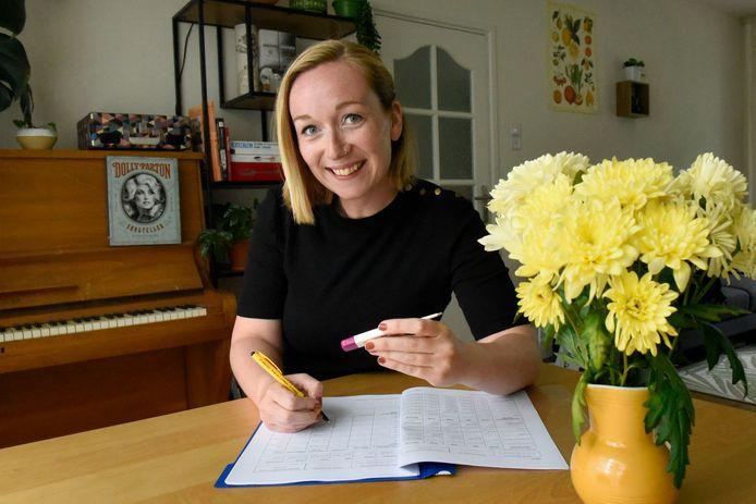 Charlotte Welling doet mee aan een corona-onderzoek van het Leids Universitair Medisch Centrum en moet sinds haar inenting twee weken lang een dagboekje bijhouden, waarin ze onder andere haar lichaamstemperatuur noteert.