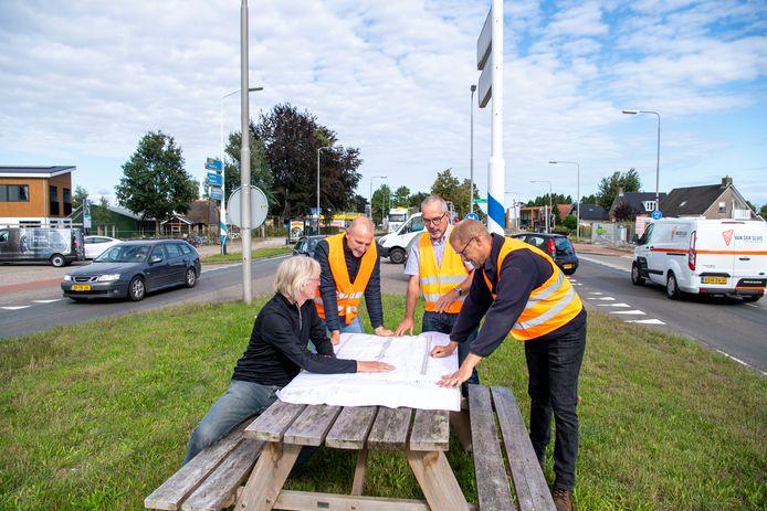 Erik Dijkstra, Gerwin Kijk in de Vegte, Nico van der Vegt en Hugo Haan (vlnr) bekijken de aanpassingen van de weg N377 door hun dorp.