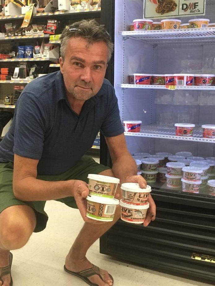 Wormenkweker Bas de Peuter bij de viswormen in een Walmart-filiaal in Amerika.