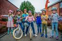 Leerlingen van openbare basisschool het Reigerbos in Zevenhuizen kregen een fietshelm van de Edwin van der Sar Foundation, om veilig naar school te kunnen fietsen.