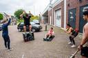 Sportschool Bezemer kan de lesruimte onder de Julianabrug (rechts op de foto) voorlopig niet gebruiken. Dus wordt er voorlopig ook gesport op de parkeerplaats.