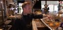 Rick de Vries bakt de visgerechten in Overdinkel en serveert ze in Gronau.