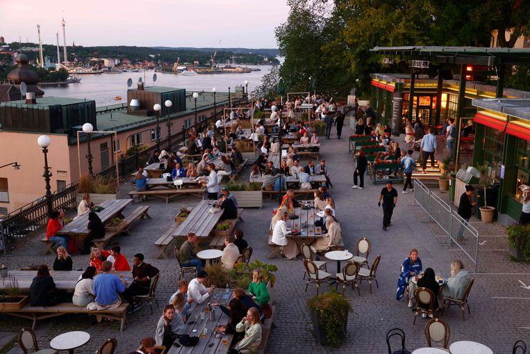 Terrasjes in Stockholm. Sinds 1 juli geldt geen sluitingsuur meer voor de horeca in Zweden.  Beeld AFP