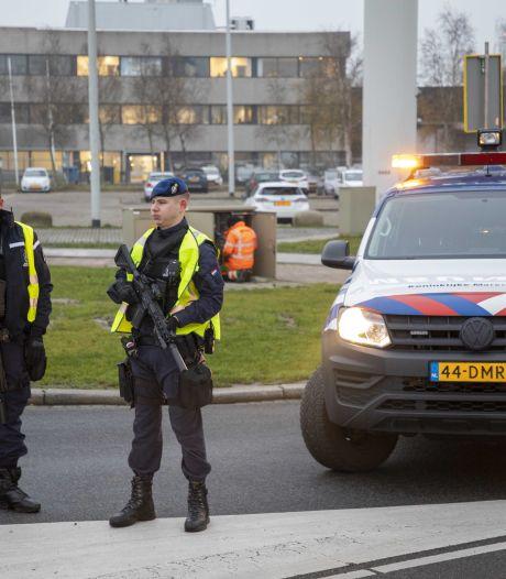 Marechaussee arresteert man uit Capelle aan den IJssel met vuurwapen in auto op Schiphol