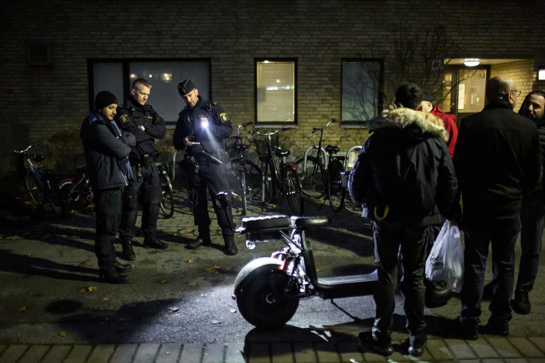 Overal in het straatbeeld van Malmö is politie te zien. De operatie Rimfrost moet het drugsgerelateerde geweld uitbannen.  Beeld Julius Schrank / De Volkskrant