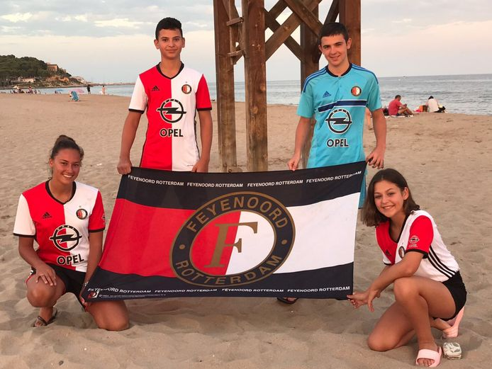 Sylvana Schaap ziet Feyenoord echt overal. Ook op het prachtige strand van Roda de Bara (Spanje) waar genoeg liefhebbers zijn om de vlag (lees: badhanddoek) nog even hoog te houden.
