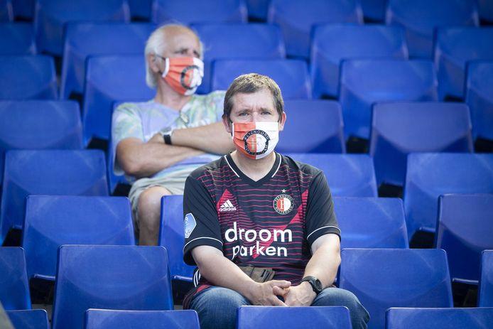 Supporters van Feyenoord dragen een mondkapje tijdens de eerste oefenwedstrijd tegen Sparta.