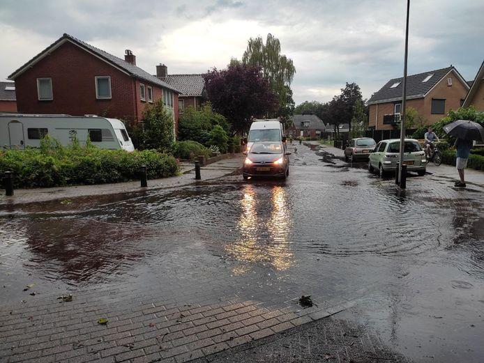 Wateroverlast in Rijssen na een flinke wolkbreuk maandagavond.