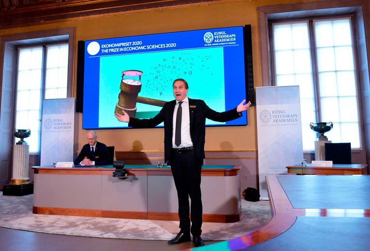 Tommy Andersson spreekt tijdens de bekendmaking van de winnaars van de '2020 Nobelprijs voor Sveriges Riksbank-prijs voor economische wetenschappen ter nagedachtenis aan Alfred Nobel' aan de Koninklijke Zweedse Academie van Wetenschappen in Stockholm op 12 oktober 2020. - De Amerikaanse economen Paul Milgrom en Robert Wilson hebben de Nobelprijs voor de Economie gewonnen voor hun werk op commerciële veilingen, inclusief voor goederen en diensten die moeilijk te verkopen zijn op traditionele manieren, zoals radiofrequenties, aldus het Nobelcomité. Beeld AFP