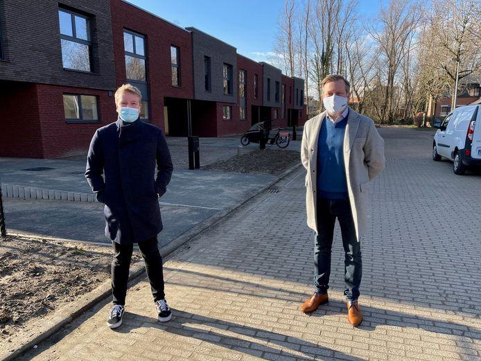 Voorzitter van Woonpunt Arthur Orlians en ondervoorzitter Alexander Vandersmissen bij de nieuwe woningen in de Karperstraat.