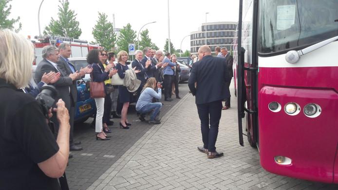 De Achterhoekse bestuurders stappen in de bus richting het Lentediner in Den Haag.