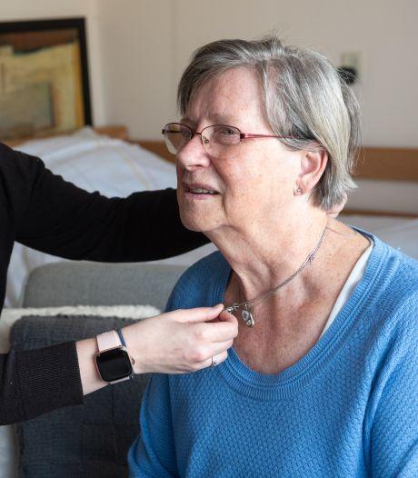 Eindelijk! Oma Rosa (83) mag weer geknuffeld en gekust worden door haar kleindochter: 'Een verademing'
