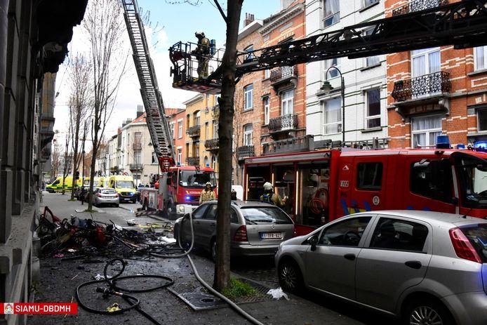 De brandweer kreeg vandaag even voor 13 uur verschillende oproepen binnen over een uitslaande brand in een rijwoning in Laken.