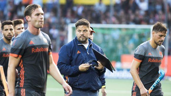 Oranje druipt af, Max Caldas (midden) kijkt gelaten voor zich uit.