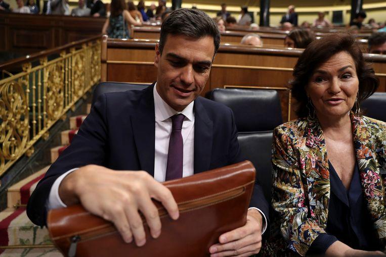 Minister-president Pedro Sanchez en vicepresident Carmen Calvo in het Spaanse parlement. Beeld REUTERS