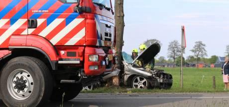 Auto botst tegen boom in Lunteren: inzittende zwaargewond naar ziekenhuis