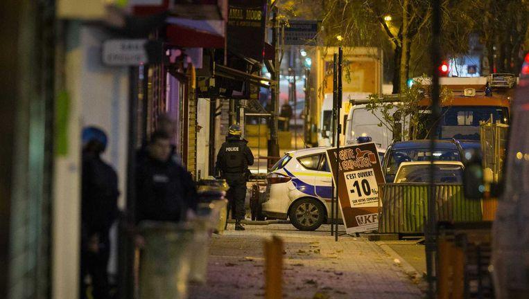 Politie in Saint-Denis tijdens een actie tegen vijf vermoedelijke terroristen die zich in een appartement in de Parijse voorstad Saint-Denis hebben verschanst. Beeld anp