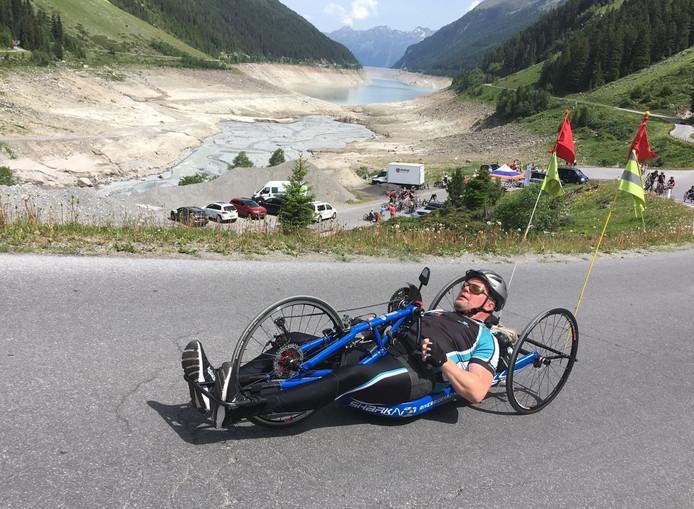 Arjan Meun gaat per handbike de berg op.
