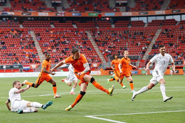 Wout Weghorst scoort de 2-0 tegen Georgië in de Grolsch Veste in Enschede. Beeld Pro Shots / Stanley Gontha