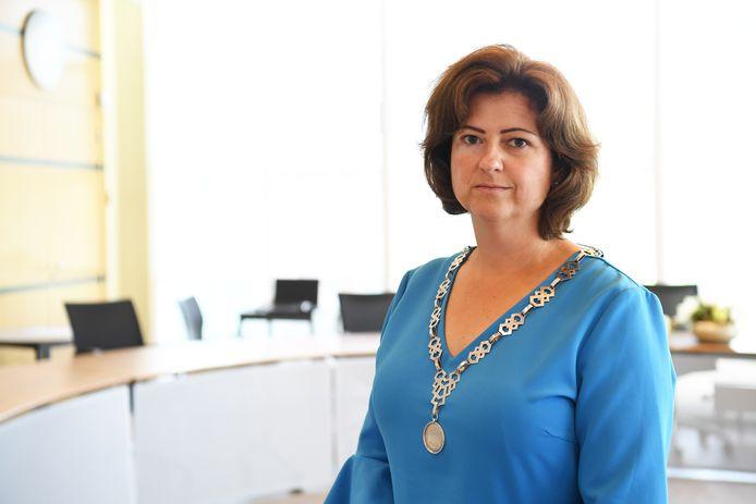 Burgemeester Marian Witte in haar raadszaal. Met ambtsketen.