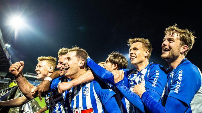 Joey Sleegers (vooraan) en zijn teamgenoten vieren feest na de late 1-0 van FC Eindhoven tegen FC Den Bosch.