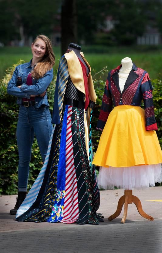 Sofie Mols met twee van haar creaties.