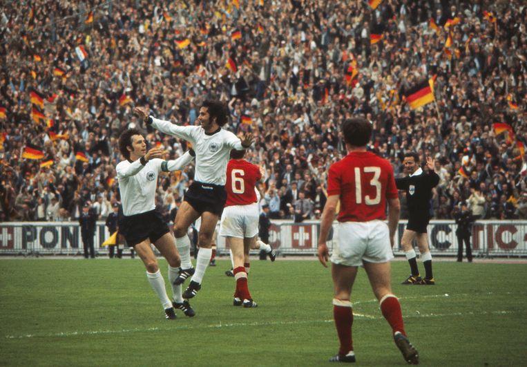 Gerd Müller, met Duits kapitein Franz Beckenbauer, in de finale van het EK '72. Beeld BELGAIMAGE