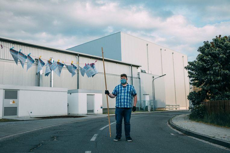 Mini-demonstratie voor de fabriek van Tönnies in Kellinghusen. De flyers zijn bedoeld voor de veelal Roemeense contractarbeiders die in mini-busjes uit de fabriek komen. Maar hun busjes blijken later niet te stoppen. Beeld Marlena Waldthausen