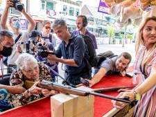 Slecht ter been, maar eigenwijze Luchtbuks Ria (101) schiet staand én twee keer raak