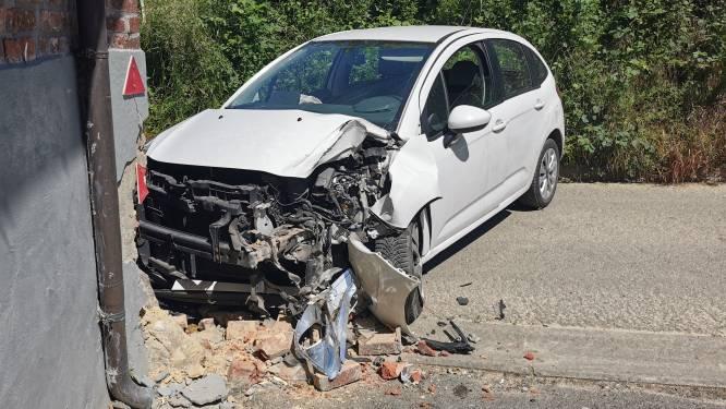 Bestuurder gewond na klap tegen gevel van schuur in Lennik