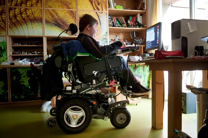 Peter heeft de ziekte van Duchenne, hij woont dankzij het persoonsgebonden budget thuis en wordt door zijn ouders 24 uur per dag verzorgd. Hij maakt huiswerk op zijn kamer.