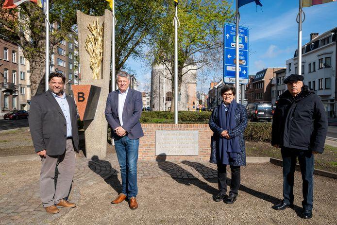 Inhuldiging van het monument voor politieke gevangenen op de Van Benedenlaan, met schepenen Björn Siffer en Koen Anciaux en Josette Nackaerts en Jef Van Iseghem van NCPGR/8 Mei Comité