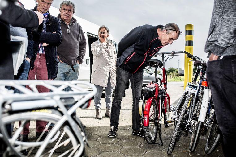 Aan fietsen geen gebrek in de Fin Shop.Dure race-exemplaren, maar ook een met een benzinemotor.  Beeld Franky Verdickt