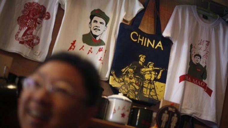 Op de voorkant van het T-shirt staat in het Chinees ''Dien het Volk'', op de achterkant ''Oba-Mao'' in het Latijnse schrift. Foto AP Beeld