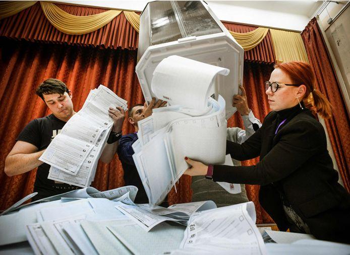 Bongkar kotak suara di sebuah tempat pemungutan suara di Moskow.